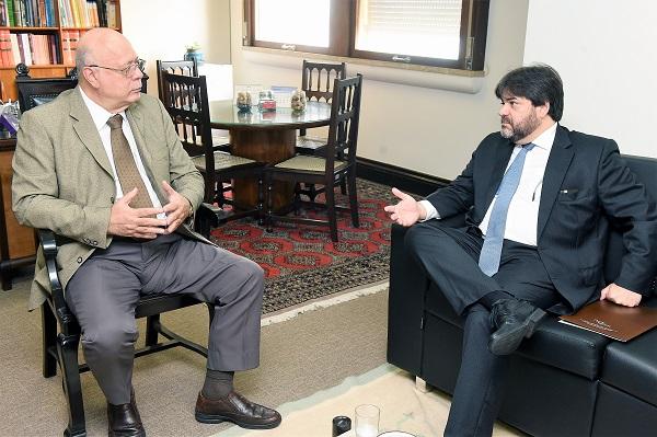 O presidente do Sindicato, Álvaro Quintão (direita), disse ao desembargador Fernando Zorzenom que os advogados têm muito expectativa pela futura gestão