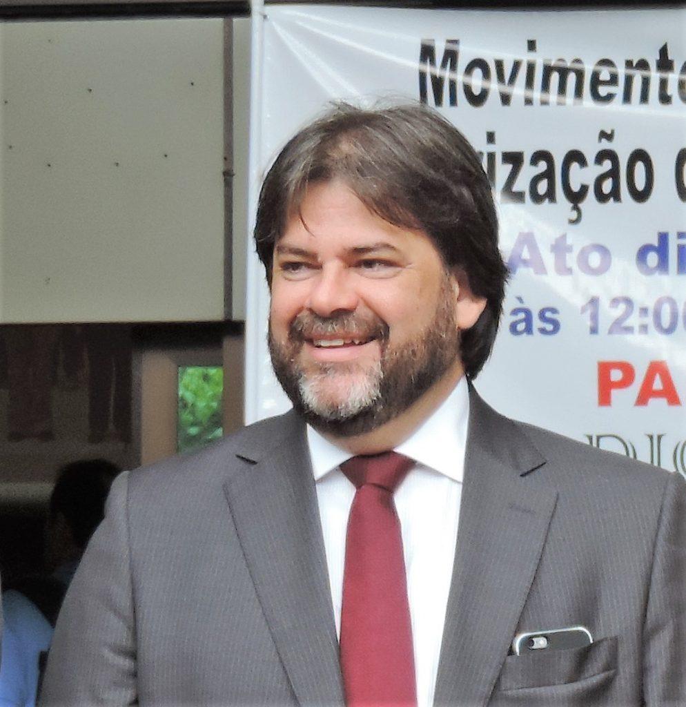 """Álvaro: """"Nesse momento o Brasil se encontra com um Poder Judiciário que se acha acima das leis, com um parlamento repleto de golpistas corruptos e com um Executivo ilegítimo, acovardado, refém do Legislativo e do Judiciário. Diante disto tudo só nos resta esperar pelas próximas eleições"""""""
