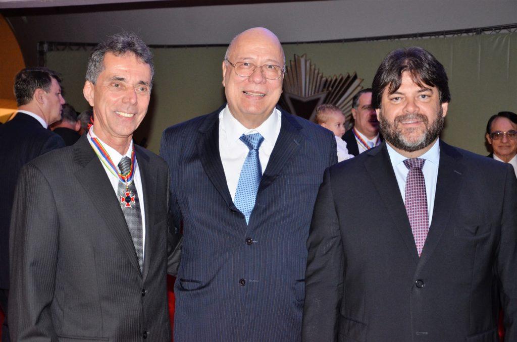 Claudio ao lado do futuro presidente do TRT-RJ, Fernando Sorzenon,, e Álvaro Quintão, presidente do Sindicato